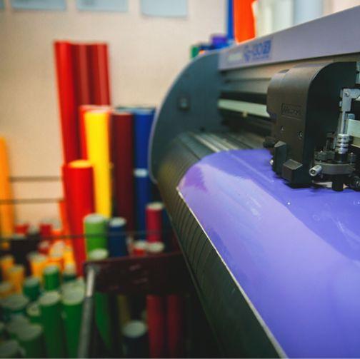 Печать наклеек, этикеток и резка пленки