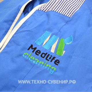 Вышитый логотип на спецовке для врачей медицинской клиники
